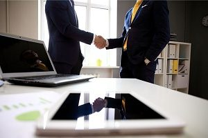 an employee shaking hands with an employer after signing an agreement under Virginia non-compete laws